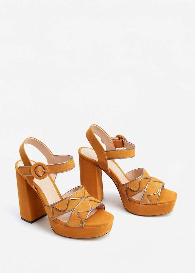 e8d1c2df3 Mango colección zapatos P V 2017. Sandalias con plataforma y tacón alto en  ante de color mostaza con ribetes en plata.