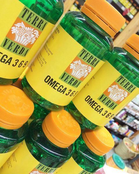 Omega 3 6 9 💪🏼 La alimentación actual es carente en el aporte de alimentos ricos en ácidos grasos de la familia #Omega3, presentes en el aceite de pescado, en el de linaza o en el de microalgas. Por otra parte, es más rica en ácidos grasos de la familia #Omega6, presentes en los aceites de girasol, onagra, borraja y oliva. Los ácidos grasos #Omega9 no pertenecen al grupo de esenciales, pero sí son importantes en nuestra dieta y en el mantenimiento de un entorno saludable