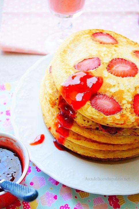 Pancakes aux fraises servis avec une confiture de fraises coulante pour plus de gourmandise !
