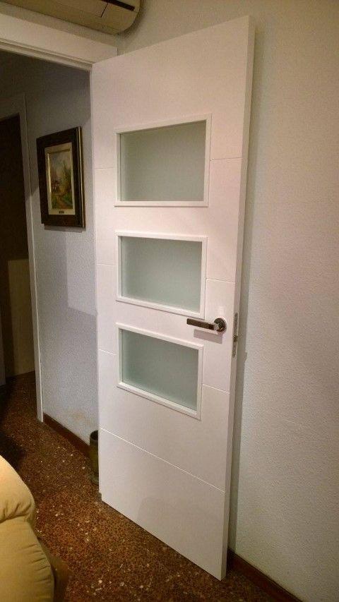 Instalaci n de puertas laminadas blancas y con vidriera - Vidrieras para puertas ...