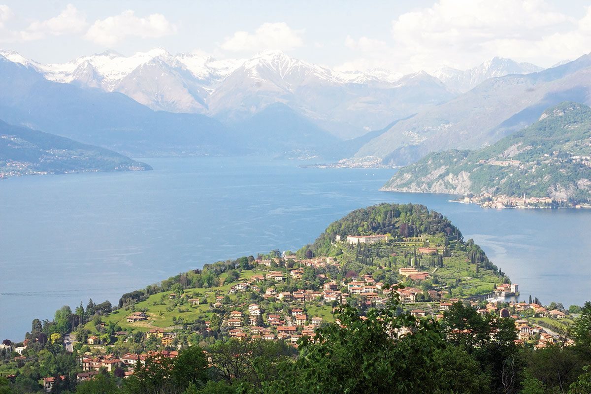 Alpit luovat mahtavan taustan Como-järvelle. Näkymä Visgnolan kylästä.