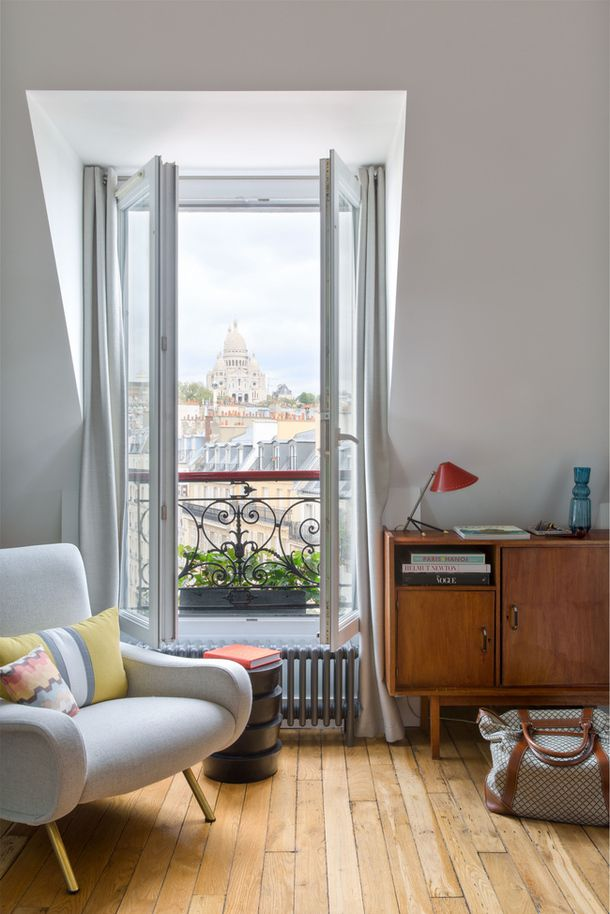 A Decoratoru0027s Own Retro-Inspired Parisian Pad Rincones de lectura - rincon de lectura