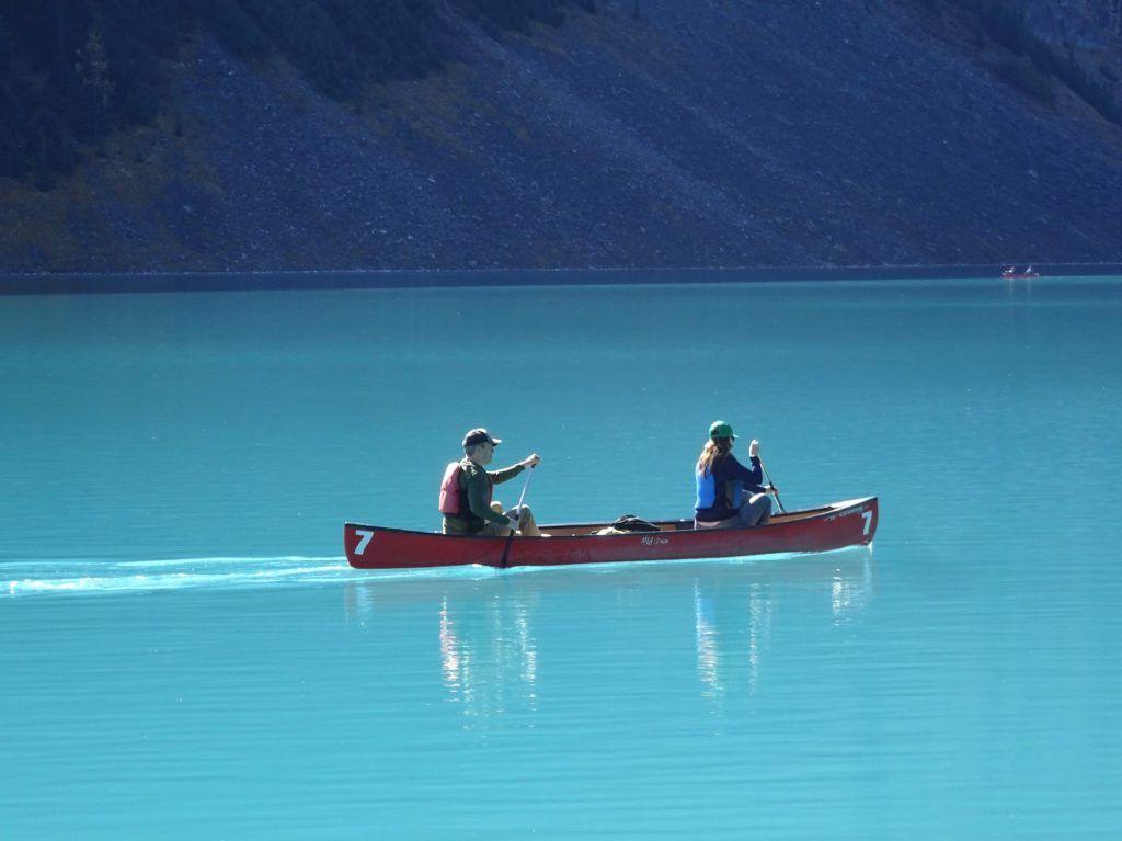Fondo de Pantalla de Canoa, Pareja, Lago, Esmeralda, Louise, Canadá, Montañas