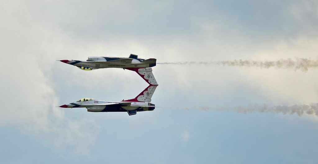 Not Photoshopped These Two Planes Really Are Flying Like This Usaf Thunderbirds Air Show Fighter Jets