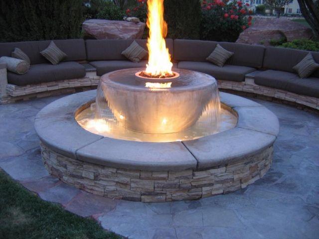 Garten Brunnen Aus Stein Ideen Kombination Gas Feuerstelle Wasserfall