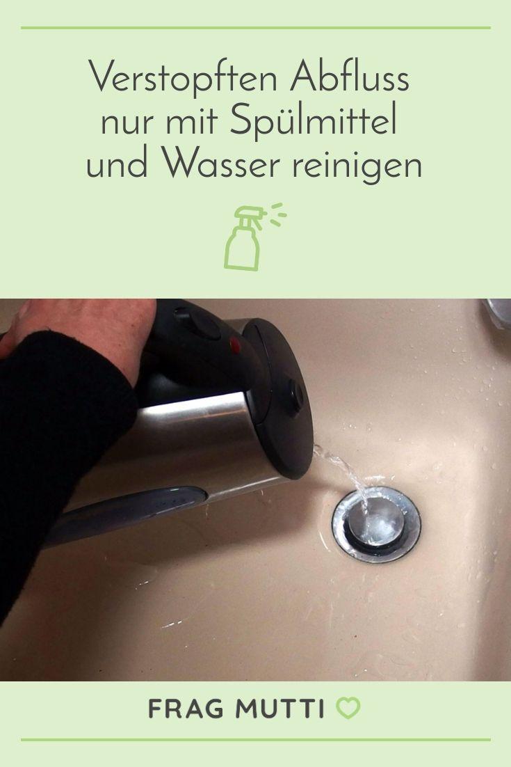 Verstopften Abfluss nur mit Spülmittel und Wasser reinigen