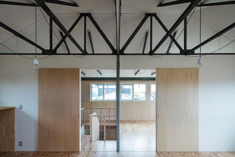 プレハブ住宅のリノベーション 白と木でシンプルにまとめたインテリア