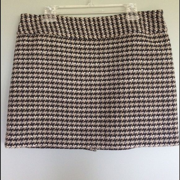 The Limited size 12 skirt Size 12 tweed skirt from The Limited. Great condition. Fully lined. Hidden side zipper. Bundle 3 items to save 15%. The Limited Skirts Mini