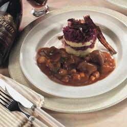 Hazenpeper: In rode wijn gestoofd hazenvlees in een saus met diverse verse groenten.