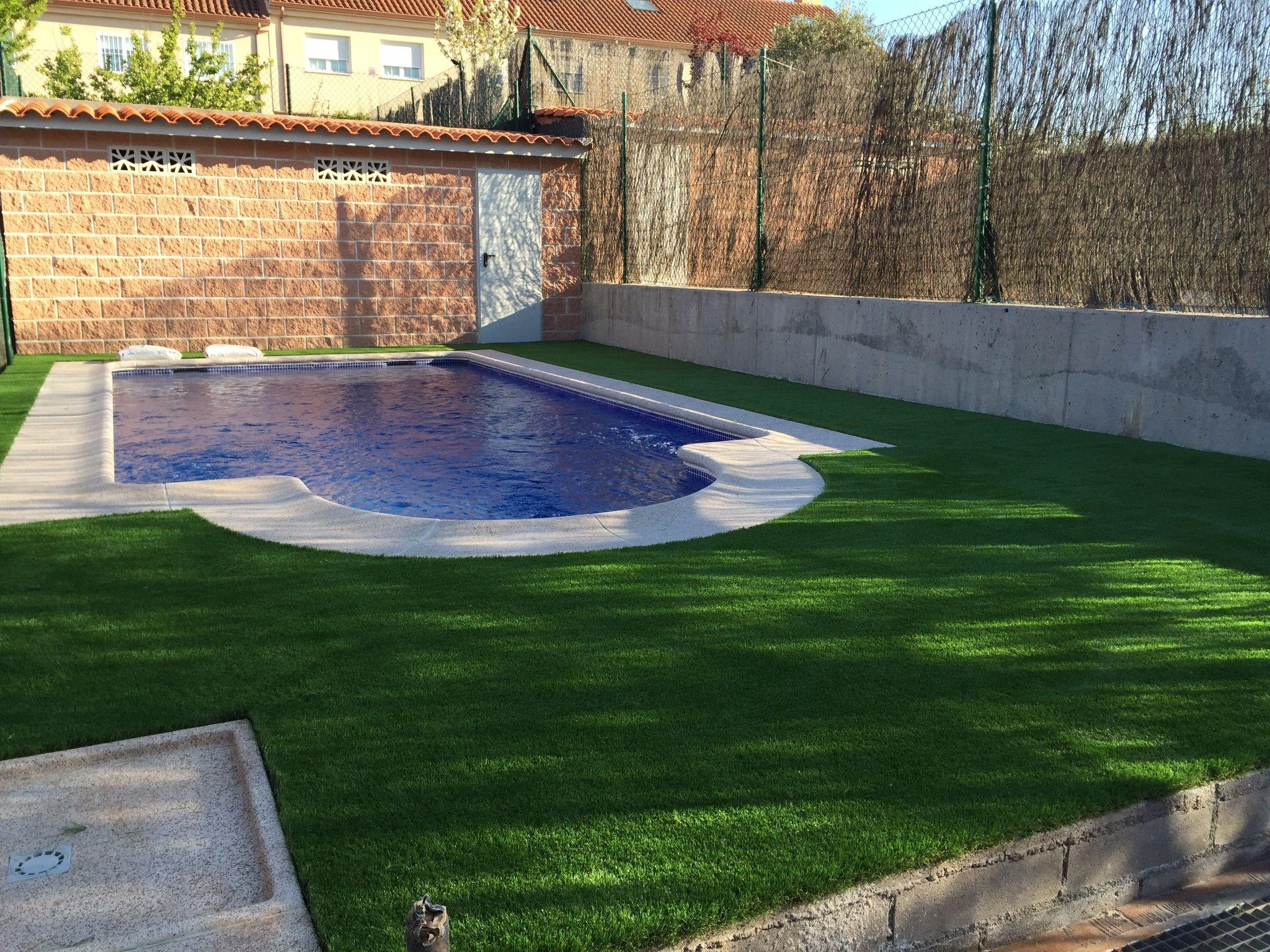C sped artificial paraiso xtra sobre hormigon alrededor de una piscina en chale adosado de - Cesped artificial piscina ...