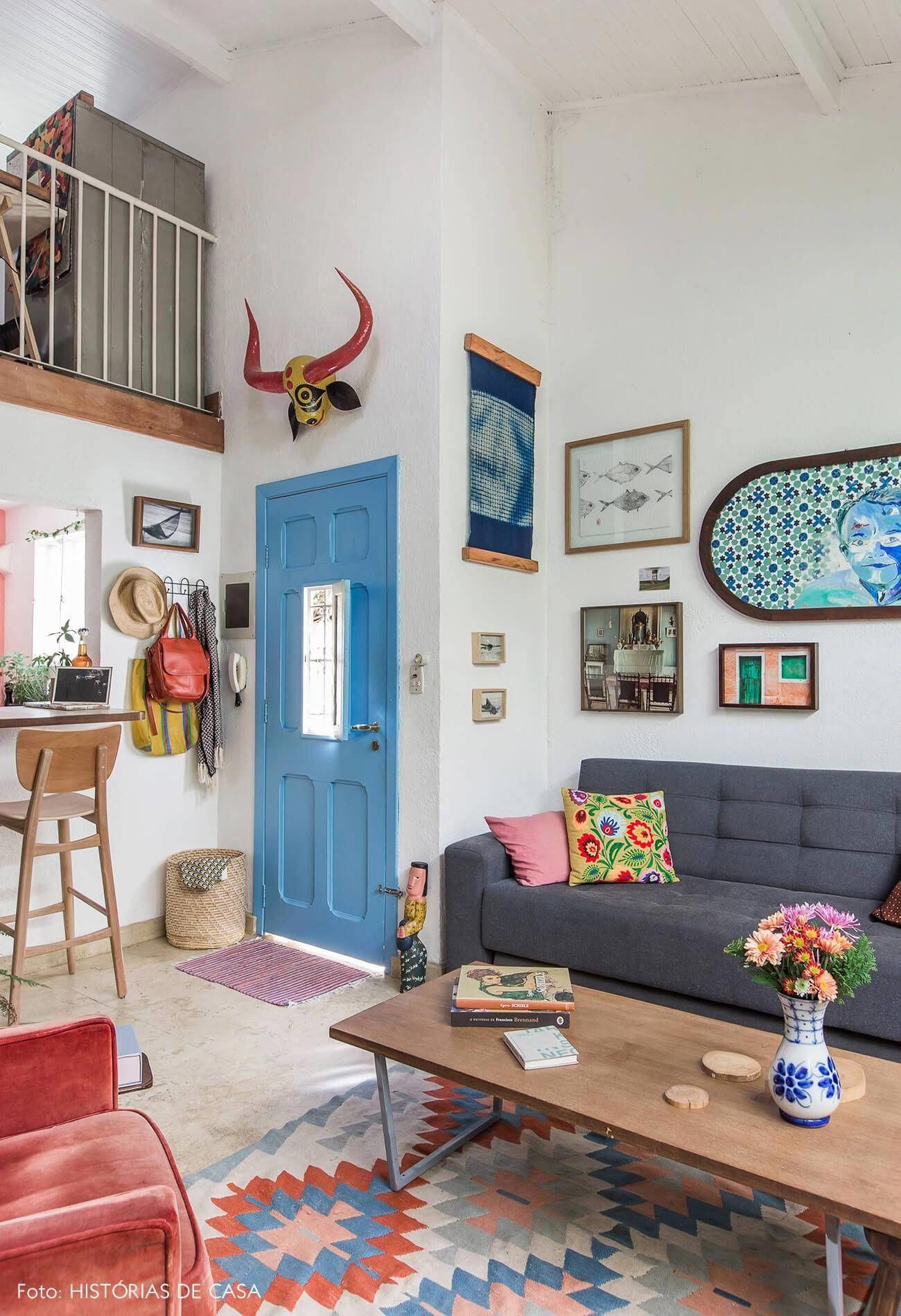 Sala Com Mezanino E Porta Pintada De Azul Colorfulhomedecor