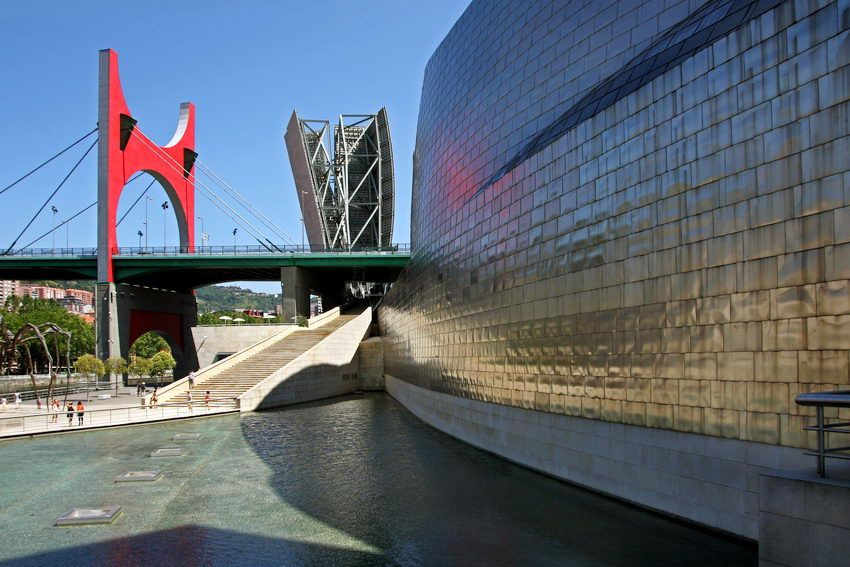 Museu #Guggenheim #Bilbao, na cidade basca de Bilbao – #Espanha, construído para revitalizar Bilbao. Foi projectado pelo arquitecto Frank Gehry