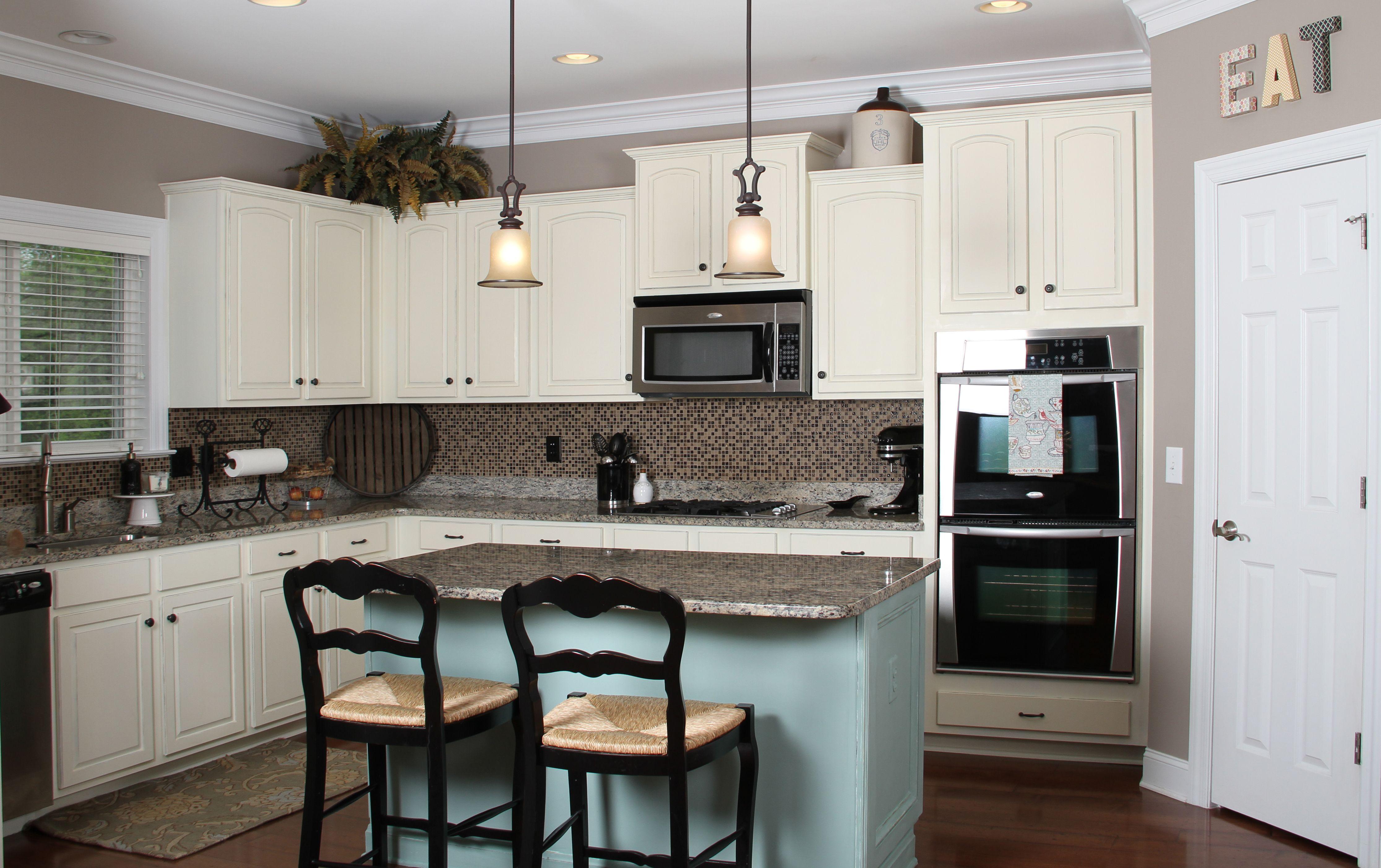 Grandiose double pendant light over small kitchen island and black