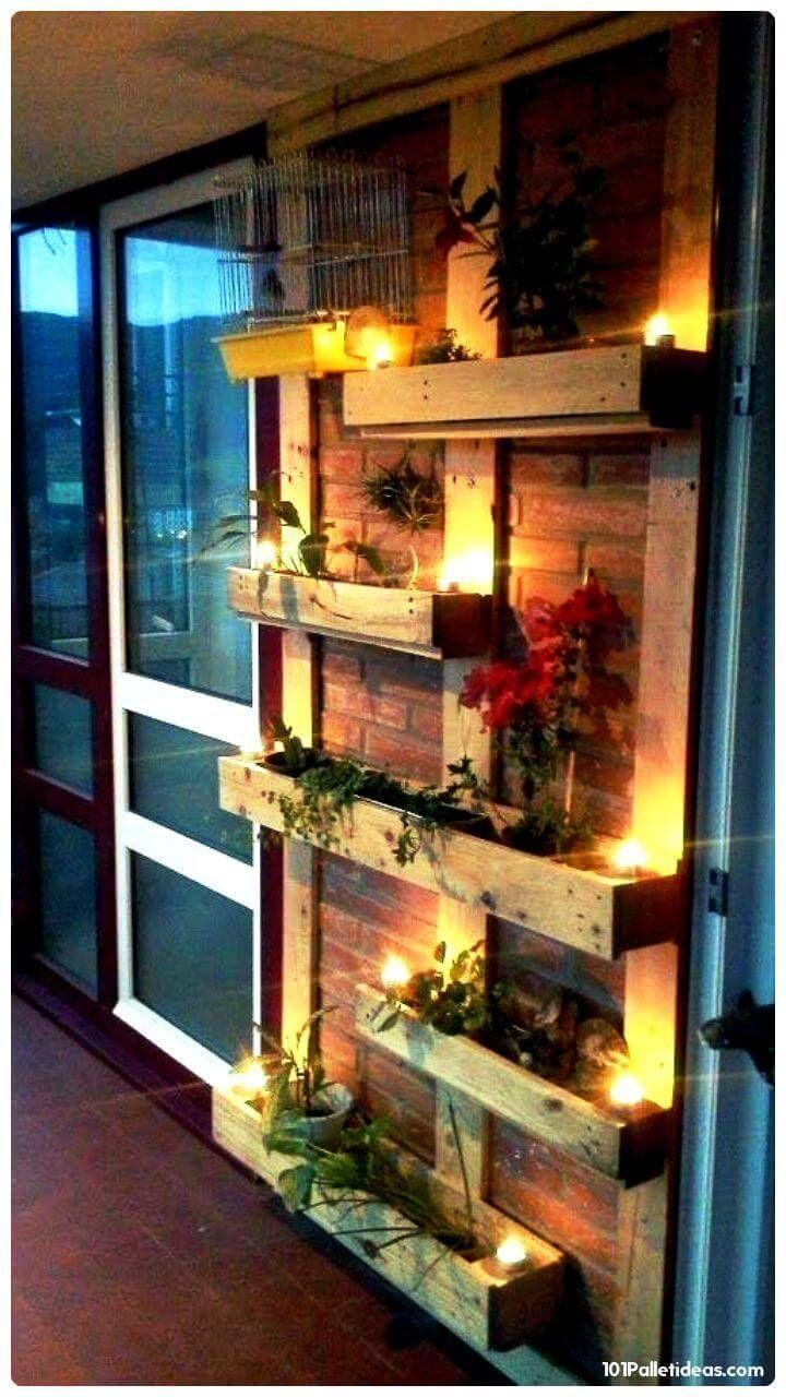 Wooden Pallet Accent Planter Wand mit Kerzenlichtern – 15 Top-Paletten-Projekte Yo … - pro-ma...