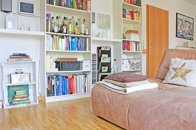 Wohnzimmer mit übergroßem Sessel als Couch + DIY Regal