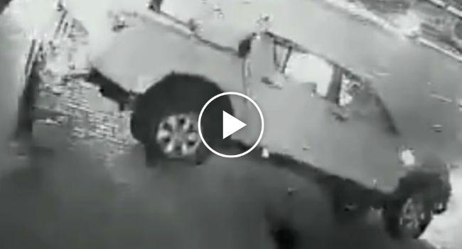 Carrinha De Condutor Bêbado Capota, Mas Ele Continua Sem Se Preocupar Com Os Ocupantes http://www.desconcertante.com/carrinha-de-condutor-bebado-capota-mas-ele-continua-sem-se-preocupar-com-os-ocupantes/