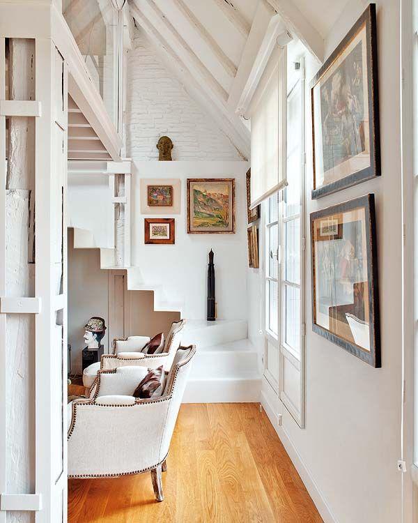 沿著白色的樓梯上去,