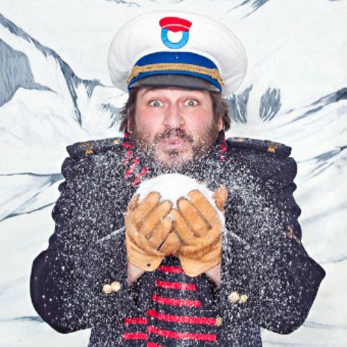 Vrieskou, de eerste sneeuw, Kerstmis, Nieuwjaar, carnaval, ... Kapitein Winokio zingt het hele jaar rond. Met deze liedjes van eigen makelijk, aangevuld met enkele klassiekers, nemen Kapitein Winokio,