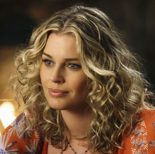 Thick-Blonde-Medium-Curly-Hairstyle-with-Deep-Middle-Part.jpg 500×496 Pixel