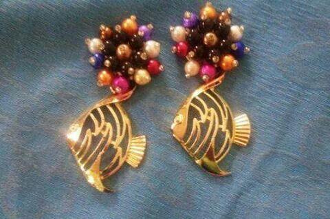 Aretes en perlas y peces de metal