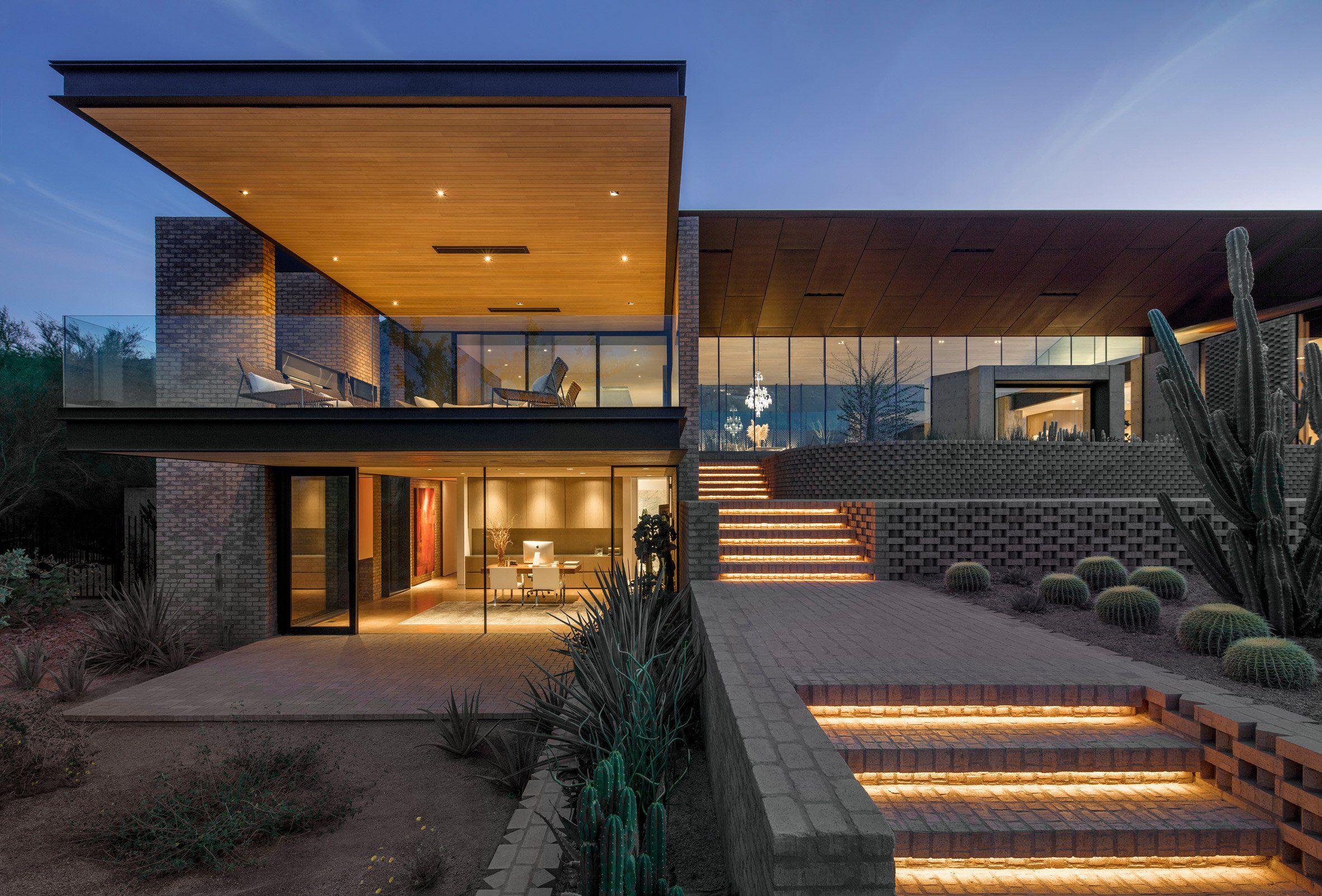 Patterned Brick Walls Define This Arizona Home By A I R Architects Providing Residents With A Varie Zhilaya Arhitektura Sovremennyj Dizajn Doma Vneshnij Vid Doma