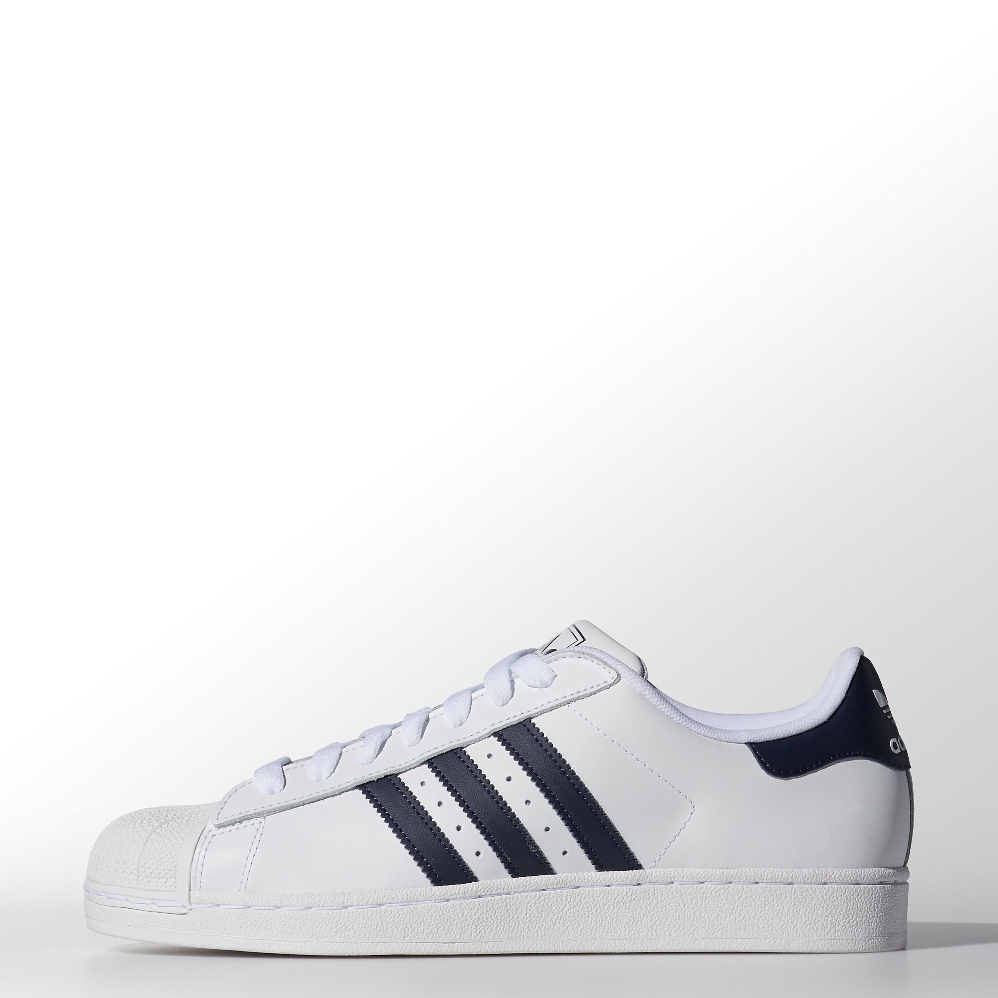 Still stepping forward with their iconic shell toe, these men's adidas  Originals Superstar 2.0 shoes