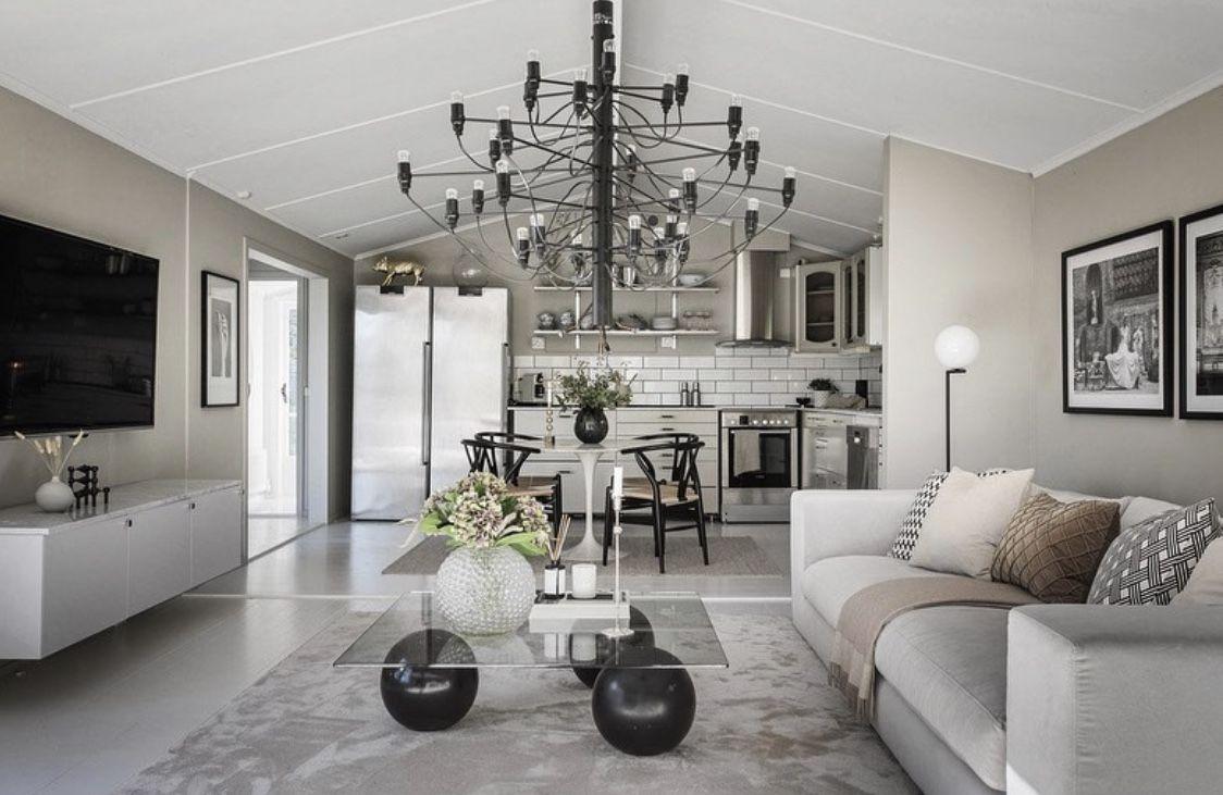 """Vår fantastiska soffa """"Stradford"""" 295cm finner ni hemma hos @lk.living 🤍. Så otroligt fint! Vilken exklusiv känsla ! Stradford är just nu på kampanj -20% och finns i många olika storlekar, tyger samt med bl.a. smalare armstöd, hos oss på @hemdesigners .se Foto: @dinbostad #lovelyinterior #loungesoffa #vardagsrum #home-design #scandinavianhome #interior4inspo #dream-interiors #heminredning #hem-inspiration #passio4interior #inspiremehomedecor #design #exklusiveinterior #hemdesigners #lyx"""