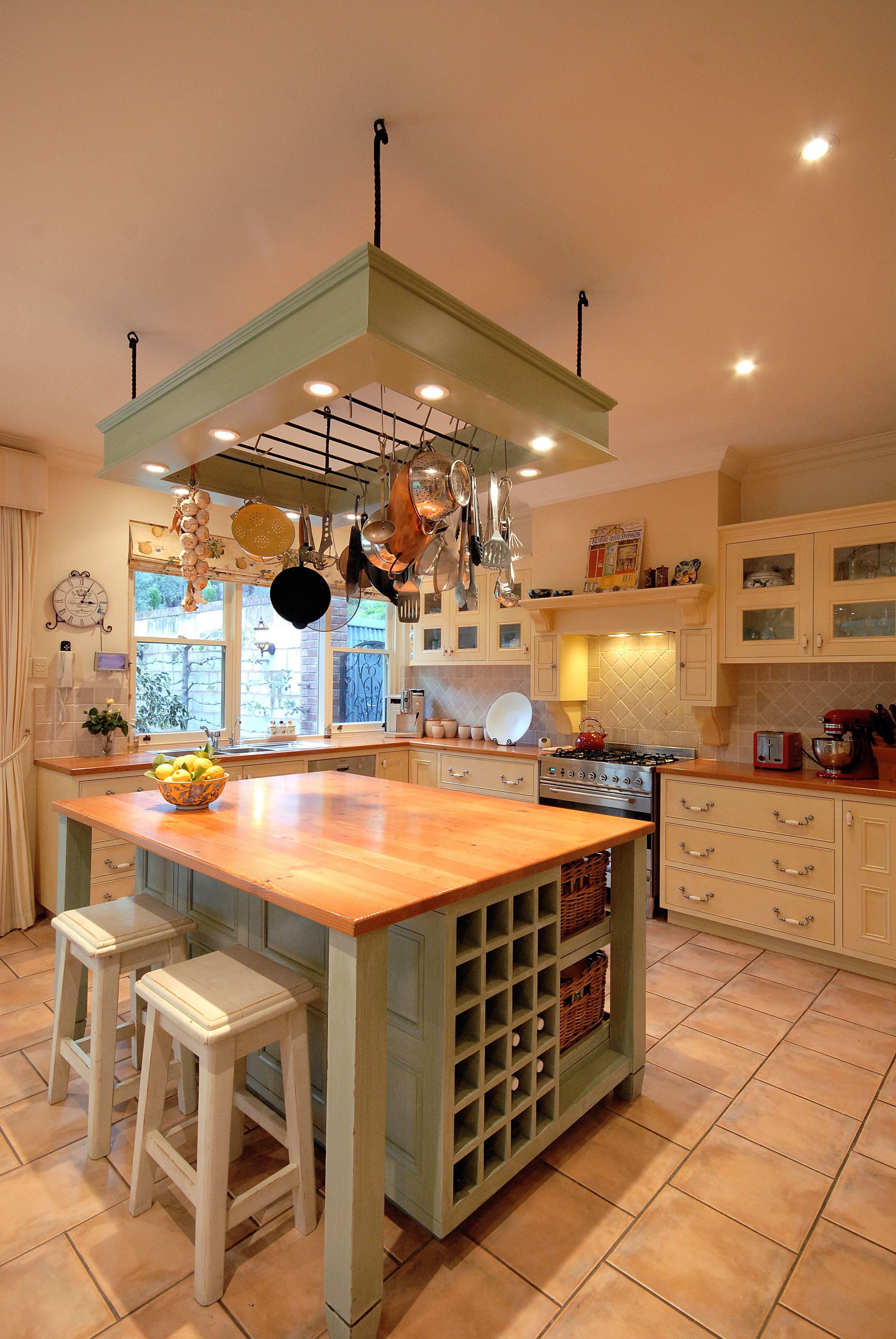 A country kitchen with a modern twist  Keuken