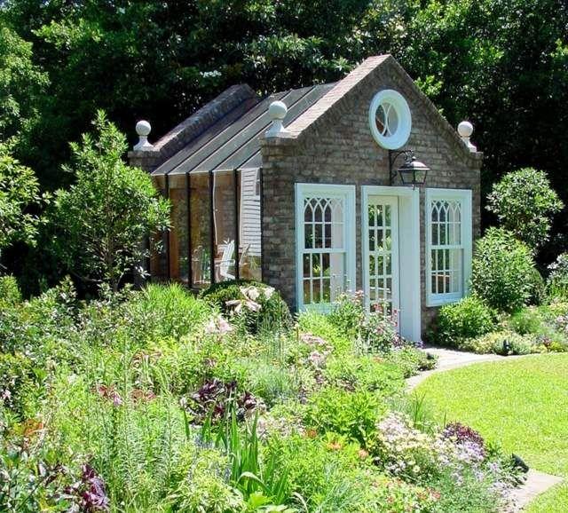 gewächshaus-selber-bauen-verglasung-anlegen-blumenbeete-rasenrand, Gartengerate ideen