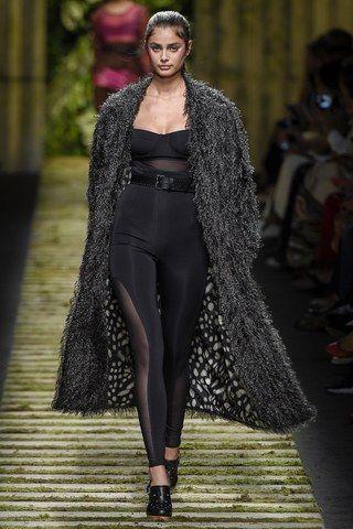 Модные показы пальто с мехом 49