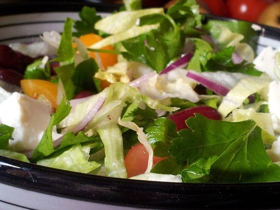 Salatka ze swiezych warzyw,  czerwonej fasoli i fety