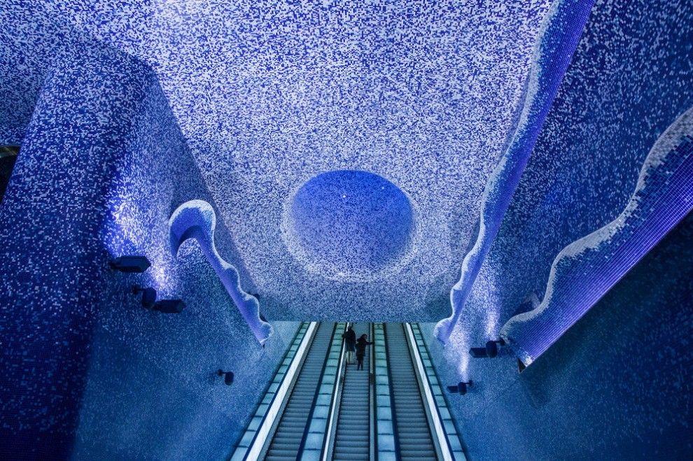 In principio fu Londra che nel 1863 inaugurò la prima metropolitana del mondo, seguita da Parigi, Madrid e Berlino. In più di un secolo di trasporto sotteraneo molte fermate sono diventate teatro di progetti avveniristici e artistici: una sorta di tela tridiimensionale con