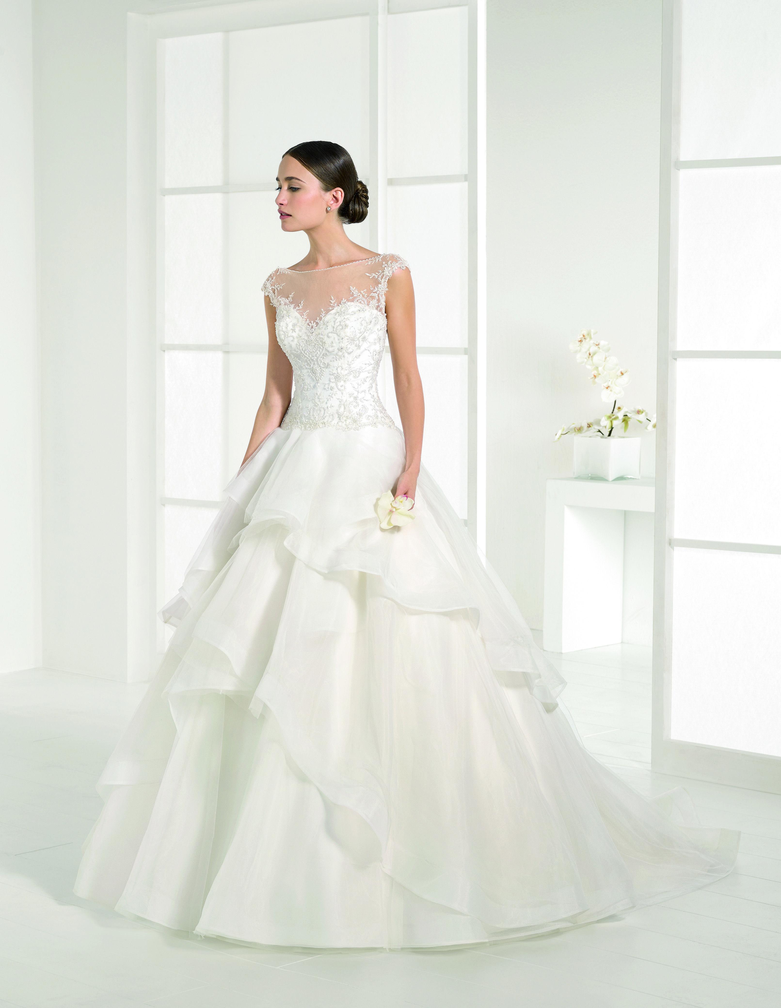 a3bbb2db94d8 Abito da sposa corpetto luminoso Adriana Alier Rosa Clara  2016 per Bride  Project Buttrio www.brideproject.it