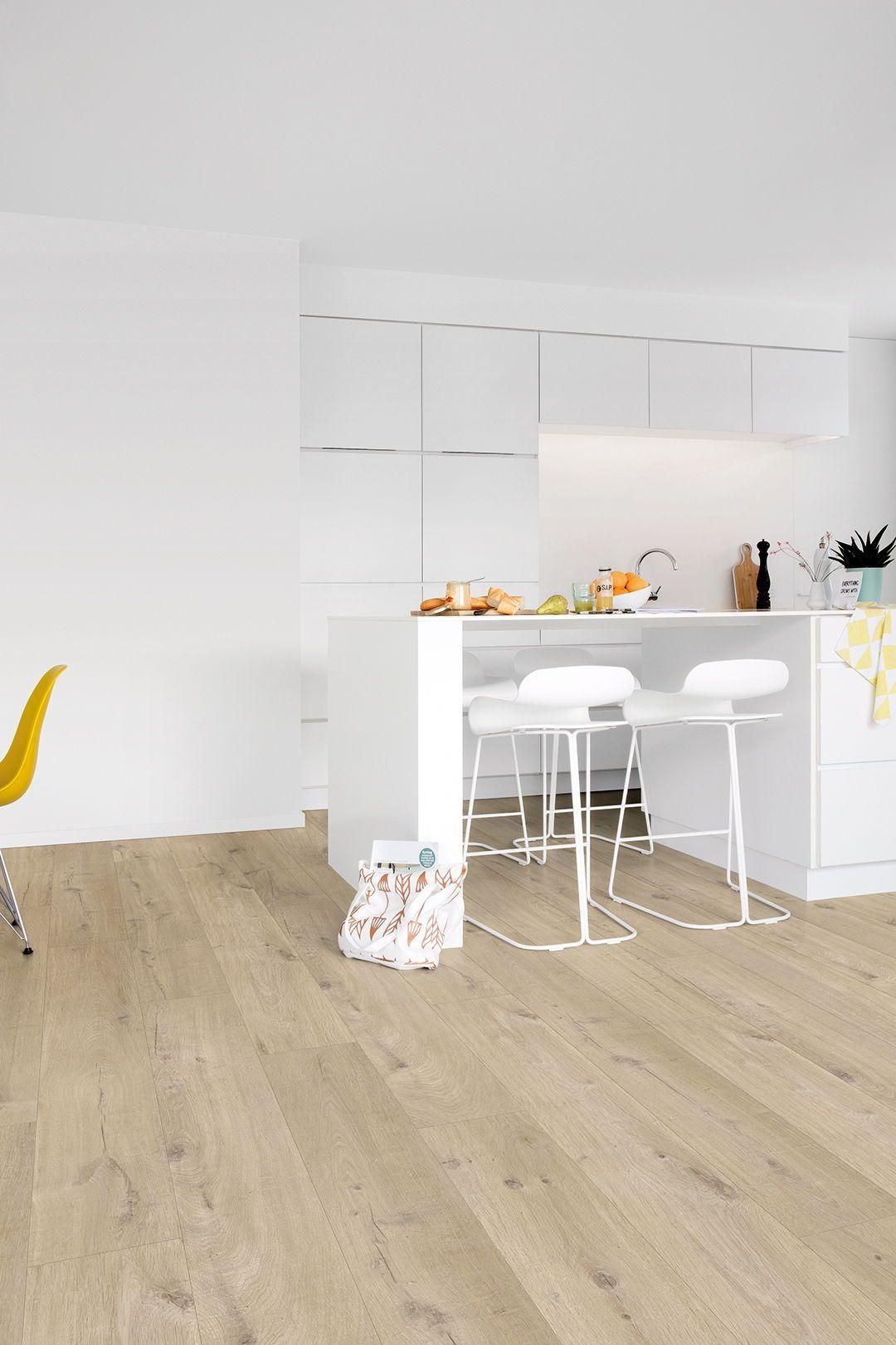 Beautiful Natural Looking Oak Flooring Planks Give This Modern Kitchen A Warm Feel The Vinyl Flooring Enr Kitchen Flooring Vinyl Flooring Natural Oak Flooring