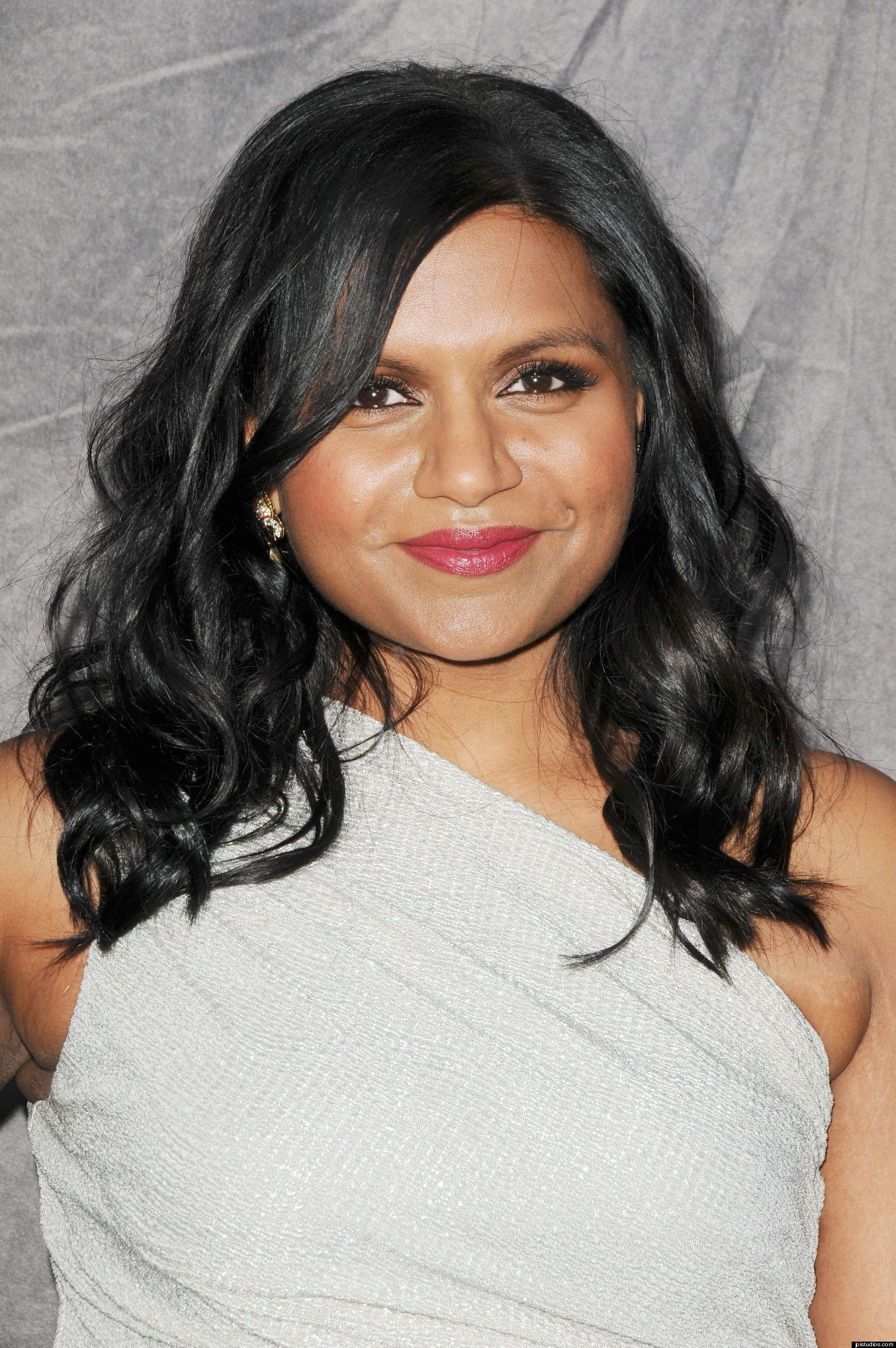 7 Reasons We Love Mindy Kaling Hairstyles For Round Faces Hair Styles Round Face