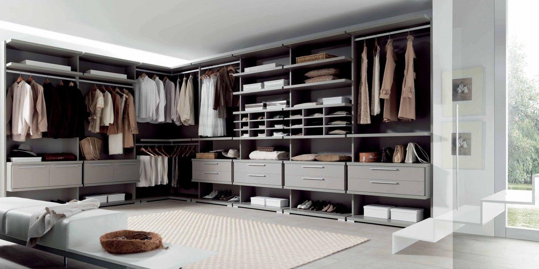 vestidor abierto con muebles de madera y pared oscura - Vestidor Abierto