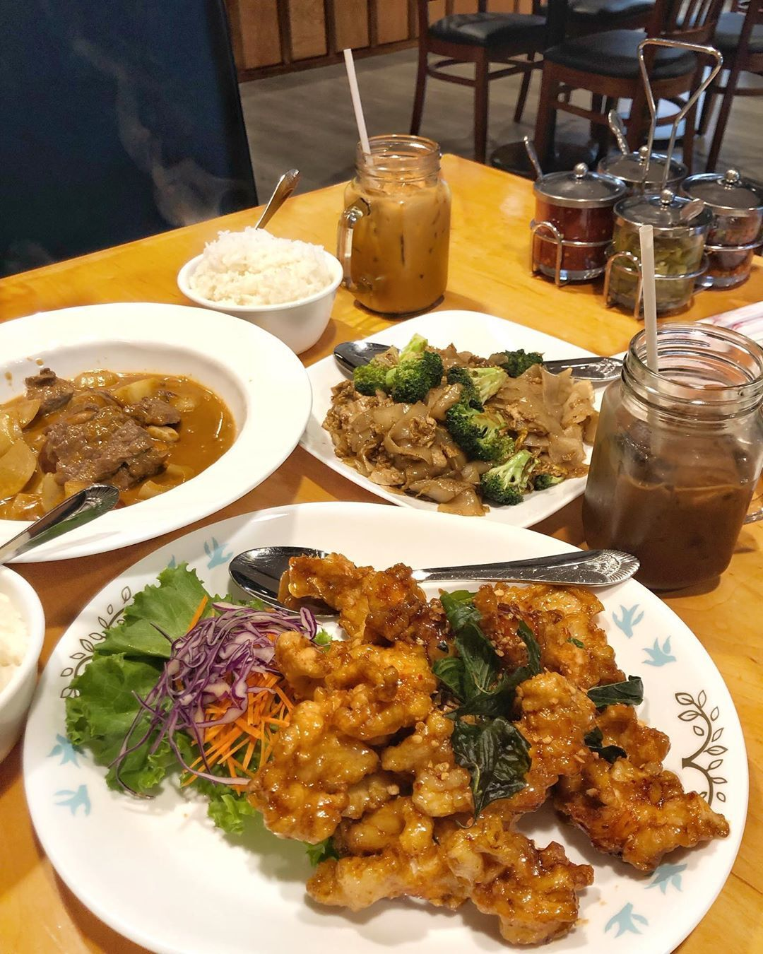 🥡KHAO SAN THAI🥡 . . . My thai friend recommended this Thai restuarant to me and everyone was so delicious!! We got the crispy garlic chicken, massamum curry with beef, pad see ew and thai tea/coffee! . This place has become my new favorite place for thai food!