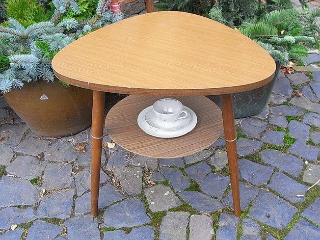 *zierliches Tischchen der fifties*  Als Ecktisch - Blumenbank, als Teetischchen, Ablage neben dem Bett, als Podest für eine chicke Lampe oder Vose, als kleiner Cochtisch...  Größe ca. 58 x 58 x...