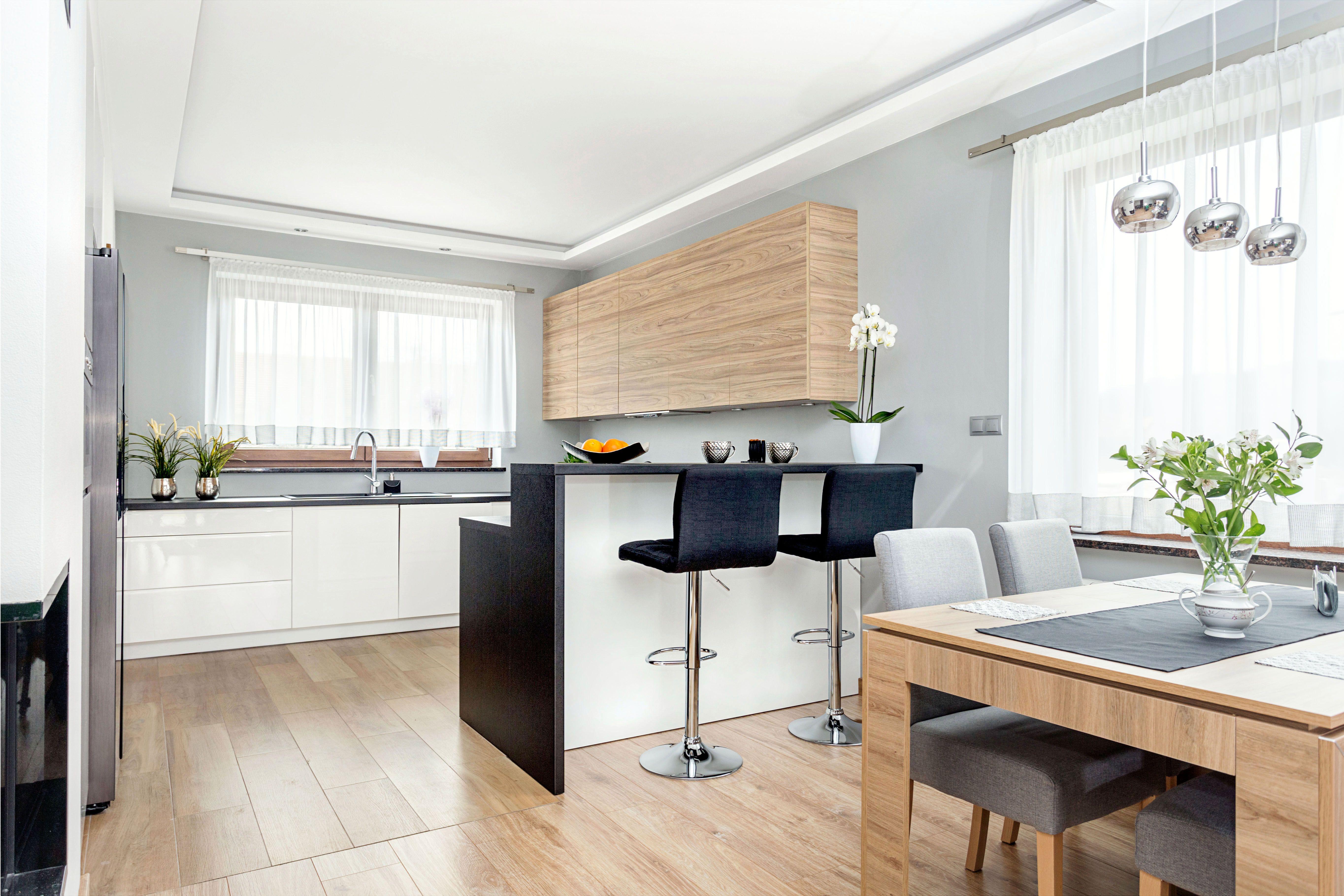 Dzieki Barkowi W Kuchni Zapewniamy Sobie W Sercu Domu Dodatkowa Przestrzen Ktora Mozemy Wykorzystac Na Modern Kitchen Interiors Kitchen Interior Home Decor
