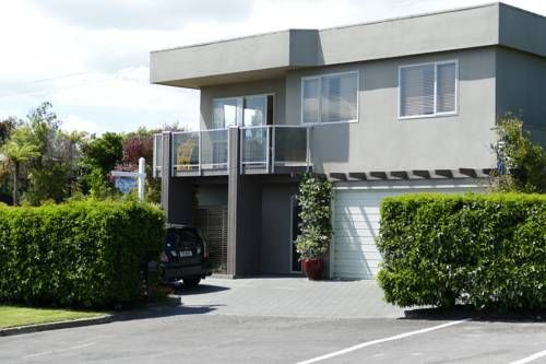 Above The Lake B&B Taupo Located 3 minutes' drive from the Taupo city centre, Above The Lake B&B features a complimentary breakfast and panoramic views of the nearby pristine lake. Free WiFi access is available.