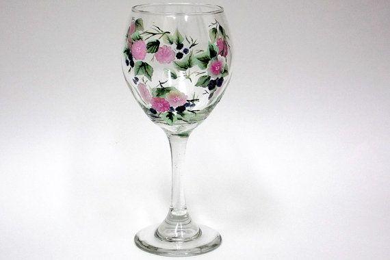 Copa de vino brillante y hermoso en el diseño de blackberry pintado todo con pintura acrílica. Características moras, flores de color rosa y