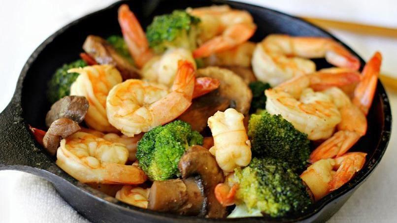 Salteado Fácil De Camarones Y Brócoli Receta Camarones Salteados Platos De Camarones Platos De Arroz Blanco