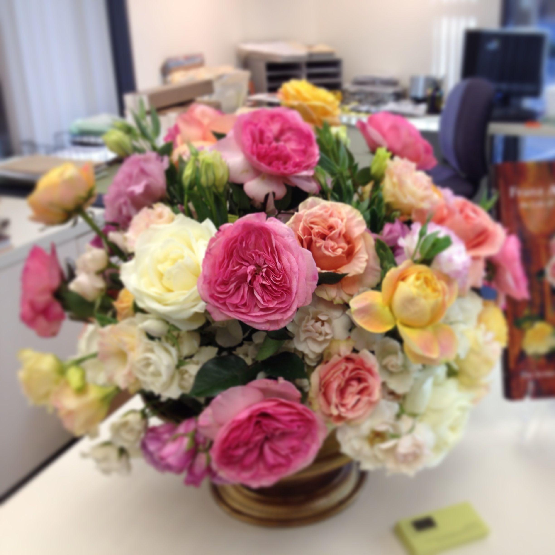 Flower arrangement featuring Garden roses. #paulfennerfloraldesign