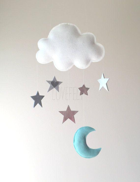 ♥ BENVENUTI LOVEFELT CREAZIONI ♥ DETTAGLI E DIMENSIONI: ======================= Ogni elemento della peluche è realizzato con feltro, leggermente riempito con ovatta poliestere ipoallergenica e interamente lavorato a mano. Le stelle sono argento metallico e brillano come si muovono con la brezza leggera. La nube misura 9.5 x 7 / le stelle 2-3/ Luna 4,5 x 3 e racchiu...