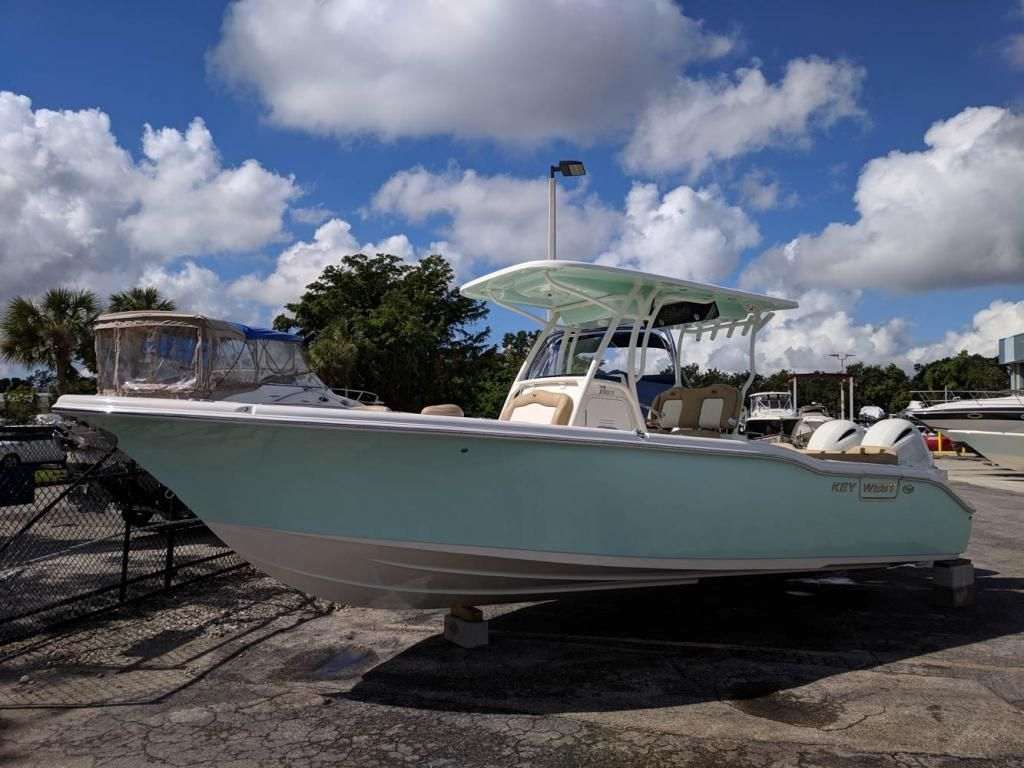 I Really Love The Look Of This Speedboat With A Little Roof The Twin Motors Make It Look Like It Could Go Really Fast M Key West Boats Speed Boats Lake