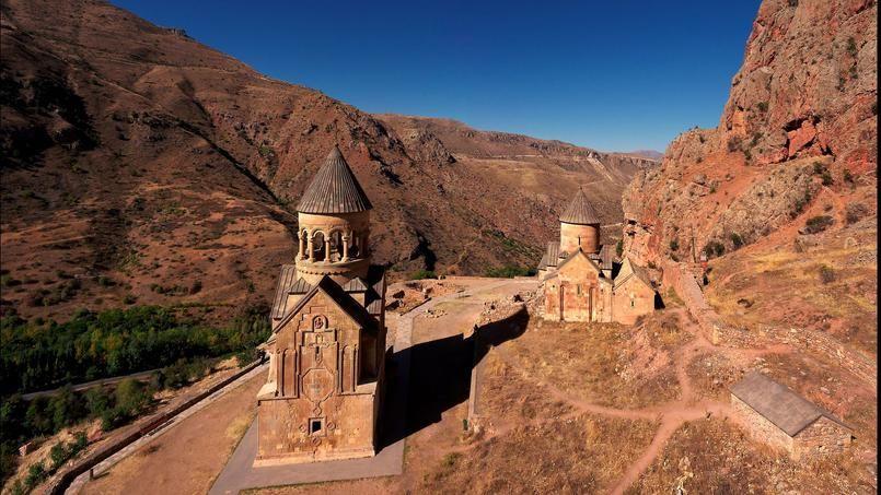 Bâti au cœur d'un cirque de montagnes aux falaises abruptes, le monastère de Noravank, au sud de l'Arménie, est composé de trois églises et d'un mausolée à trois niveaux.