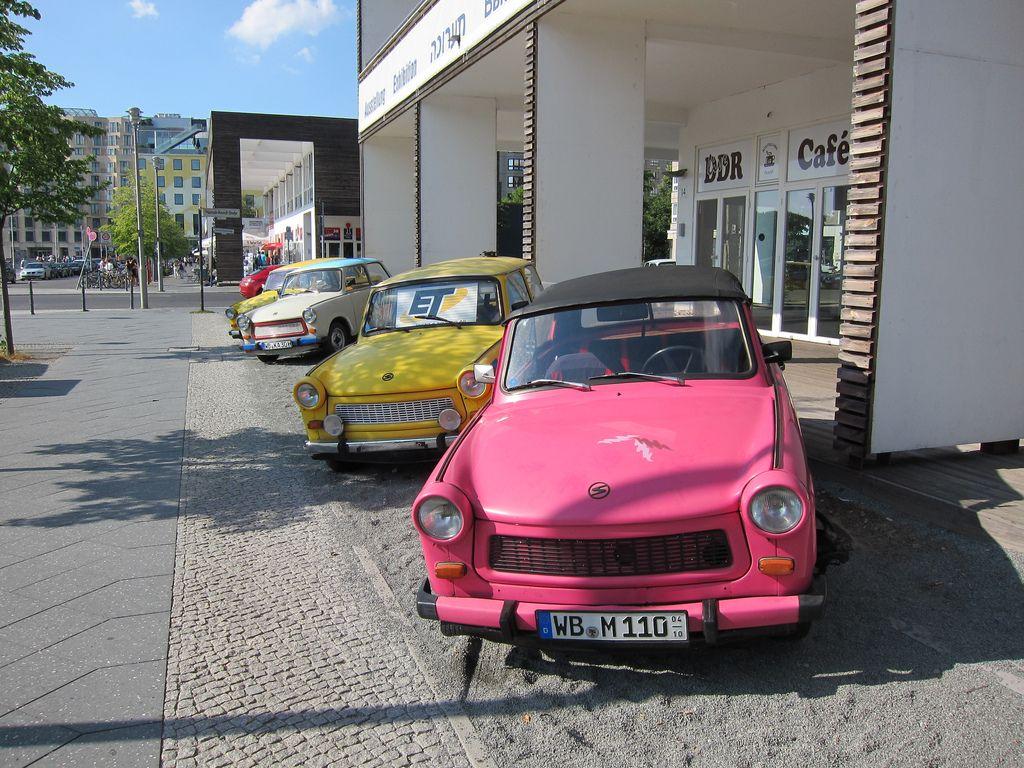 Trabant heißt die ab 1958 in der DDR im VEB Automobilwerk Zwickau, später VEB Sachsenring Automobilwerke Zwickau, in Serie gebaute Pkw-Baureihe