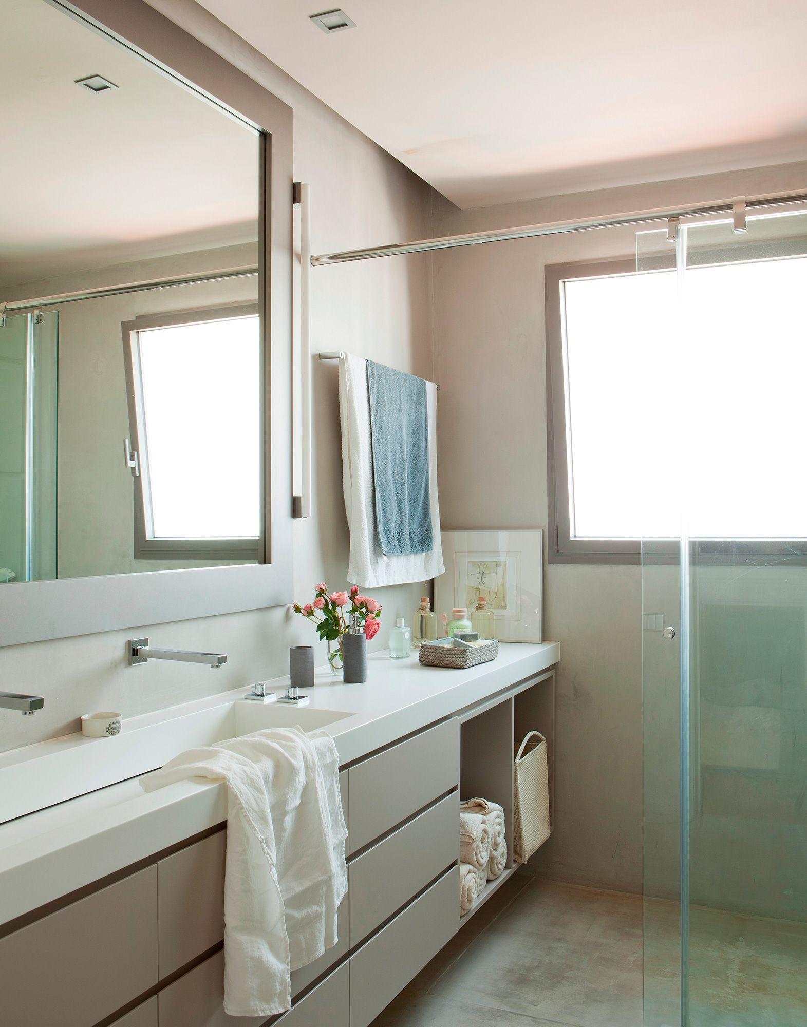 Baño con doble grifería en el lavabo amplio bajolavabo que se