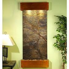 Dise o acentuado con una cascada de pared o una fuente de for Cascadas de agua para interiores