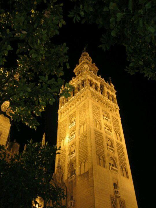 Maravillosa estampa de La Giralda de Sevilla por la noche